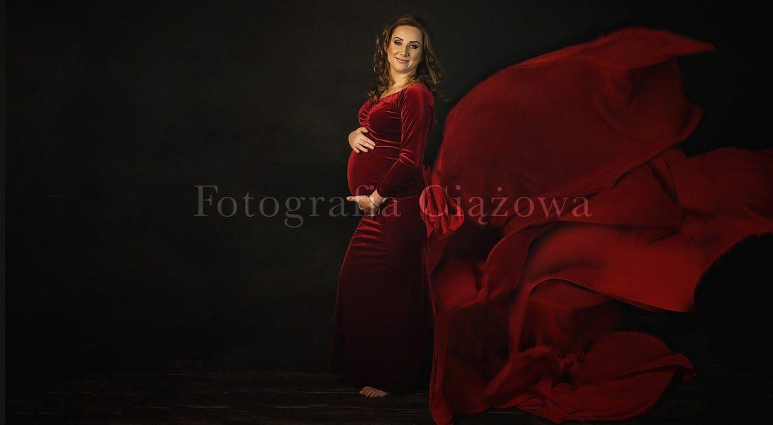 kobieta w ciąży w czerwonej sukni